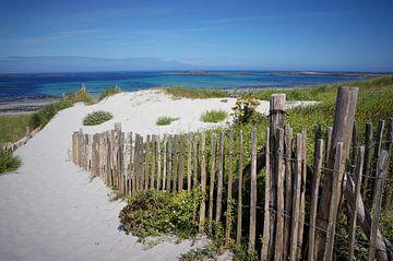 Schöner weißer Strand in der Bretagne von Sandra van der Burg