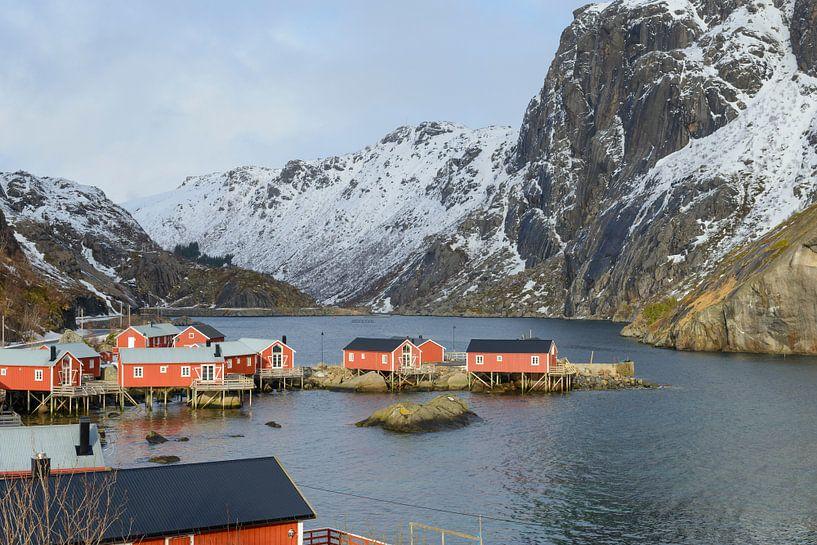 Vissershutten in het dorp Nusfjord op de Lofoten in Noorwegen van Sjoerd van der Wal