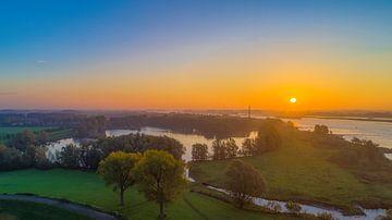 Sonnenaufgang entlang des Flusses Waal von Patrick van Oostrom