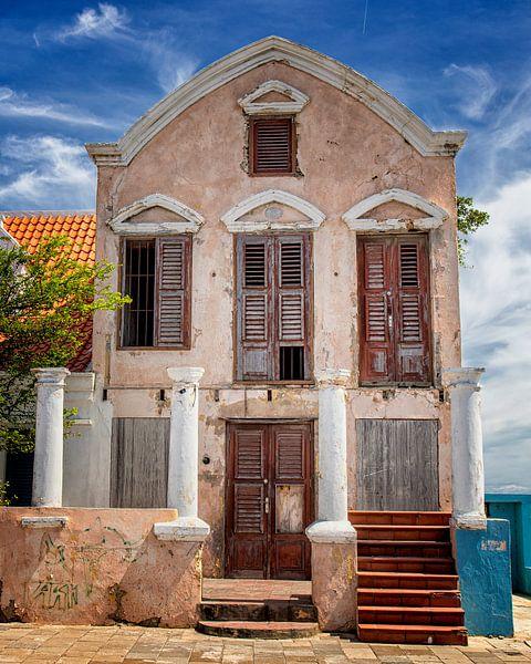 Pietermaai - Vervallen landhuis aan de zee bij Willemstad Curacao van Marly De Kok