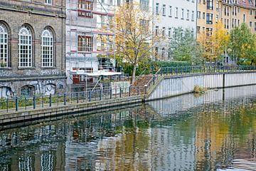 Wasserreflexion von Häusern entlang der Spree in Berlin von Hanneke Luit