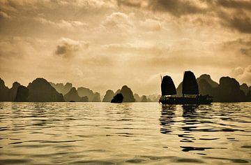 Traditionele zeilboot in Ha Long Bay, Vietnam van Frans Lemmens