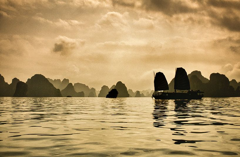 Traditionelles Segelboot in der Ha-Long-Bucht, Vietnam von Frans Lemmens