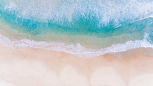 Luchtfoto van strand en branding