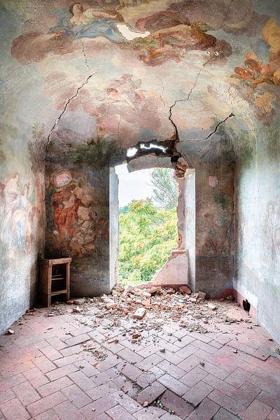 Schildering op Vervallen Muur. van Roman Robroek