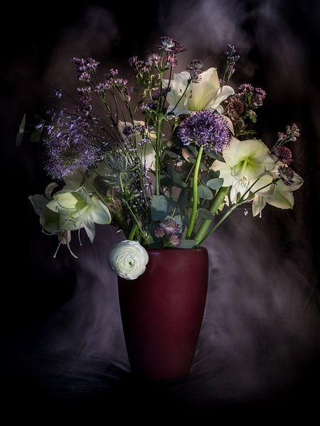 """boeket met paarse en witte bloemen """" in mist gehuld """" ( stilleven met bloemen ) van Marjolijn van den Berg"""