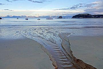 Zonsondergang op het strand van Kaiteriteri in Nieuw Zeeland van