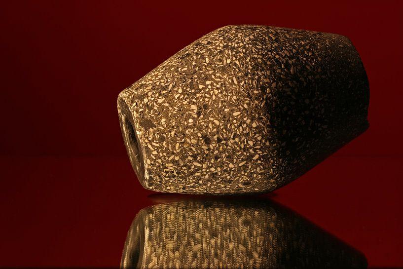 Granieten kegelvormige sculptuur van Wim Bodewes