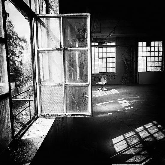 Stuhl zwischen Fenstern