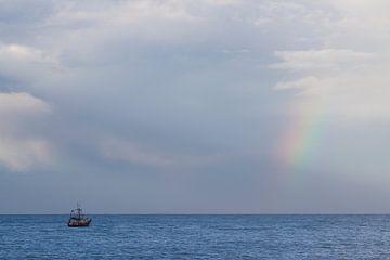 Regenboog met boot von Jeroen Meeuwsen