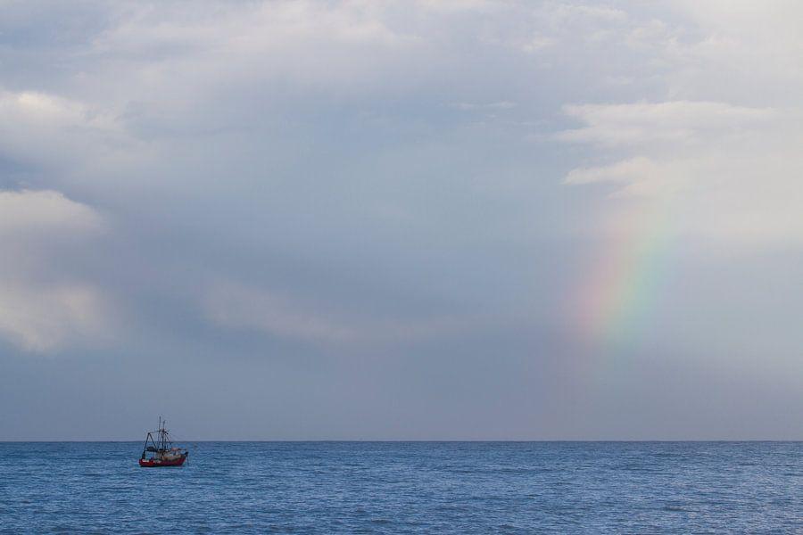 Regenboog met boot