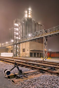 Mistige nacht scène petrochemische productie plant_1 van Tony Vingerhoets