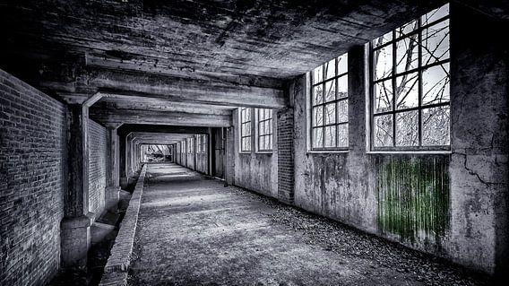 lange gang in zwart/wit van Martijn van Dellen