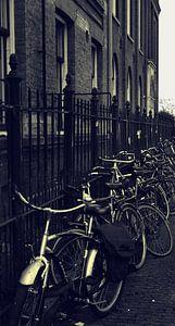 fietsen langs hek Amsterdam