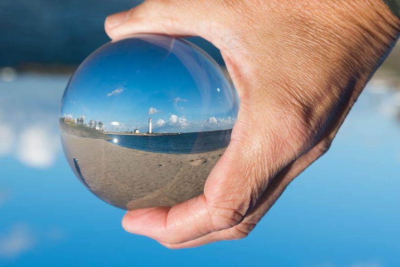 De vuurtoren van hellevoetsluis in een glazen bol van Compuinfoto .