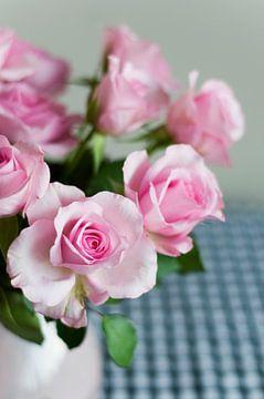 Roses roses dans un vase sur Ivonne Wierink