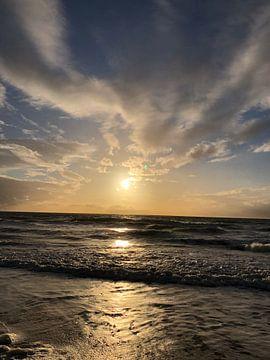 Untergehende Sonne. Das Licht reflektiert so schön auf dem Wasser. Die Wellen geben einen verspielte von Wendy Hilberath