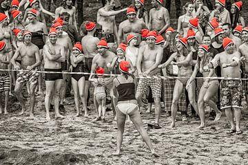 Warming up voor de nieuwjaarsduik in Brunssum 2016 von John Kreukniet