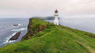 Vuurtoren op een klein eilandje, Mykines, Faeröer eilanden van Sebastian Rollé - travel, nature & landscape photography