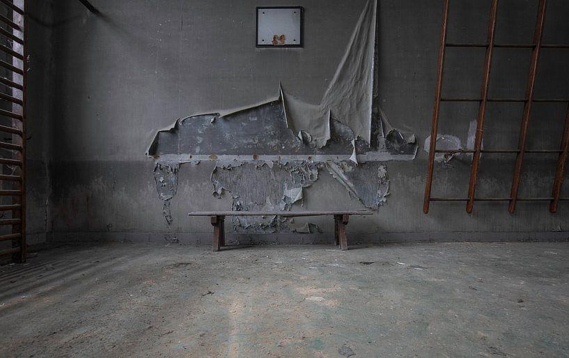 Gymzaal in verval van Ben van Sambeek