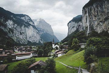 Lauterbrunnen een pittoresk dorp in Zwitserland van Tom in 't Veld