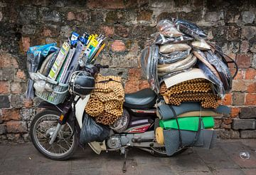 Volgepakte brommer in Vietnam van