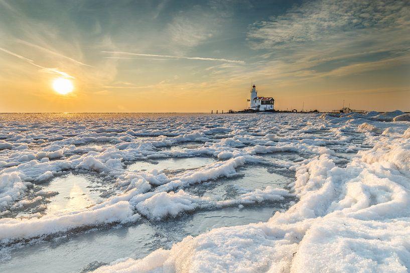 Lighthouse Paard van marken in wintertime sur Menno Schaefer