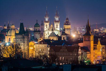 Uitzicht over Praag in de avond van Nic Limper