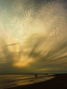 Halo boven het strand van Rockanje in de avond van Anneriek de Jong