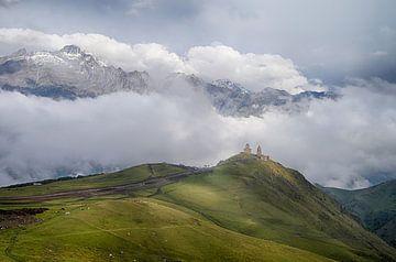 Dreifaltigkeitskirche von Gergeti, Kashbegi, Stepantsminda, Georgien von Arjan Oosterom