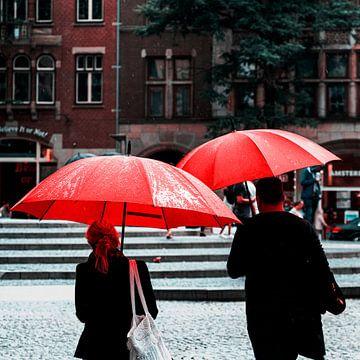 Rode paraplu's in Amsterdam van Rutger van Loo