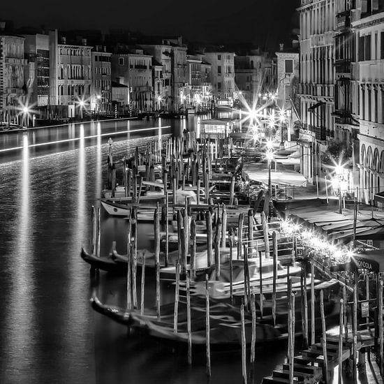 Venetië uitzicht vanaf de Rialtobrug | monochroom van Melanie Viola