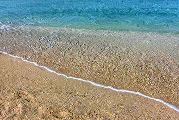 Tropisch strand met azuurblauwe zee van Bart Schmitz