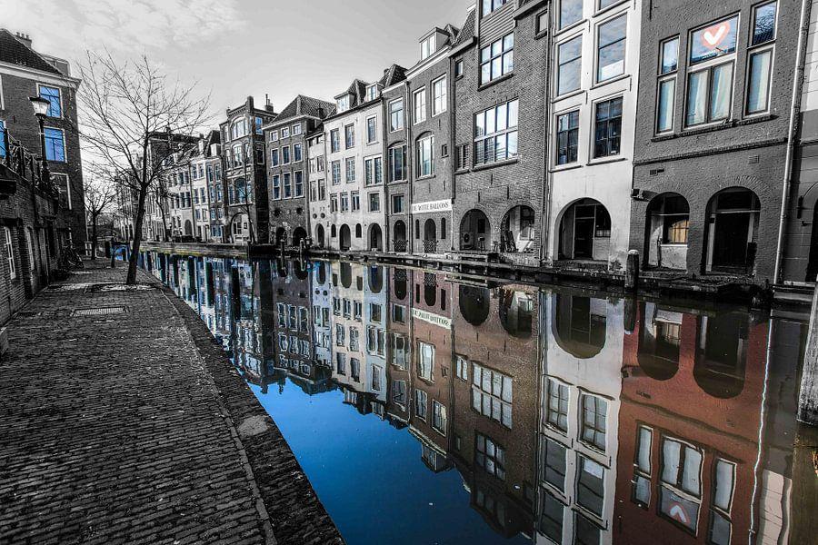Kleur spiegeling van een zwart-wit beeld van de oudergracht in Utrecht