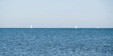 Zeilboten aan de horizon voor de Scheveningse kust van MICHEL WETTSTEIN