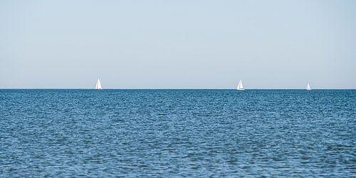 Zeilboten aan de horizon voor de Scheveningse kust
