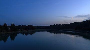 Rivier nacht panorama met maan van Dennis van de Water