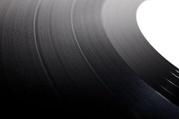 Abstracte foto close up van een 12 inch vinyl record LP. Music from the past. van N. Rotteveel