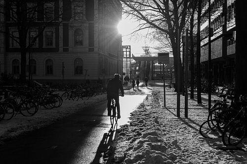 Fietsen door de sneeuw bij zonsondergang