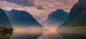 Sonnenaufgang Lovatnet, Norwegen