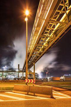 Pipeline Brücke Kreuzung Straße in der Nähe Raffinerie in der Nacht, Antwerpen 2 von Tony Vingerhoets