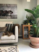 Klantfoto: Drie stoelen voor de muur van Manja van der Heijden, op fotoprint