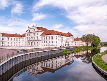 Uitzicht op het barokke kasteel in Oranienburg aan de rivier de Havel van Animaflora PicsStock