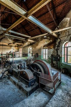 Oude industriële machines in een verlaten fabriek von Sven van der Kooi