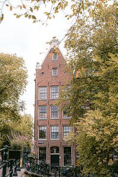 Grachtenhaus im Herbst in Amsterdam von Manon Galama
