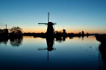 Reflectie van molen in het water bij Kinderdijk van Corinne Welp