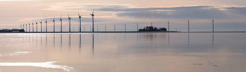 Windmolens voor de kust van de Noordoostpolder van Henk Vrieselaar