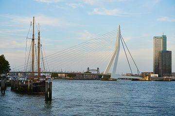 De Erasmusbrug vanuit de Veerhaven in Rotterdam von Richard de Boorder