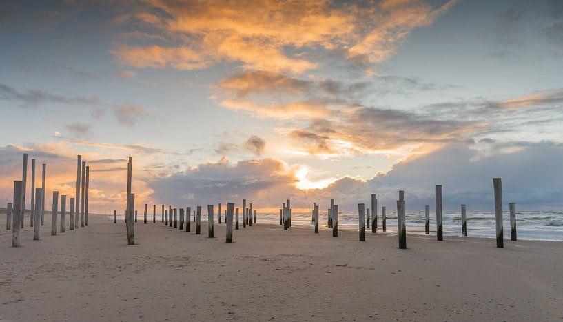 Palendorp Petten tijdens zonsondergang. van Menno Schaefer