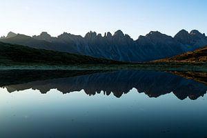 Reflectie van bergtoppen in bergmeer.